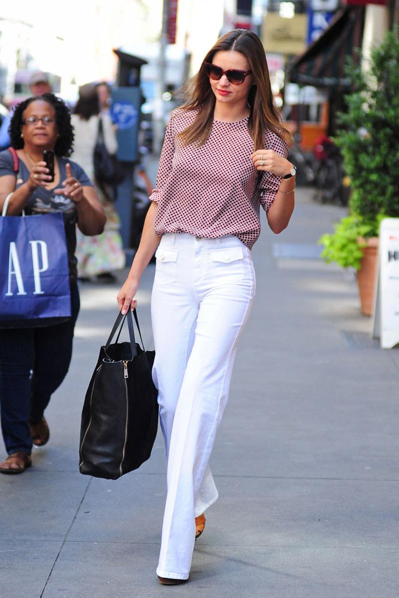 elle-miranda-kerr-street-style-white-jeans-black-bag