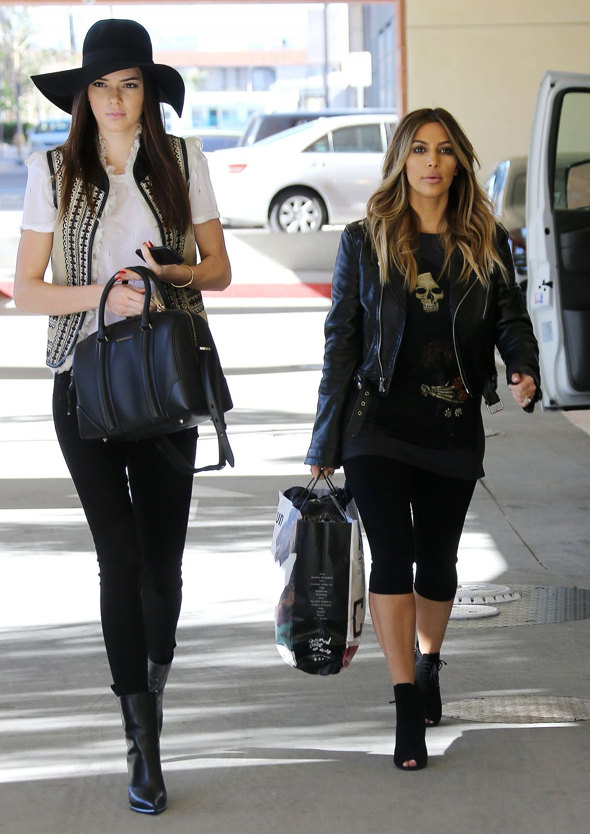 kim-kardashian-kendall-jenner-at-childrens-hospital-in-xmas-visit-in-los-angeles_7