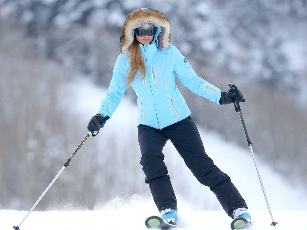 paris-hilton-im-blauen-ski-outfit