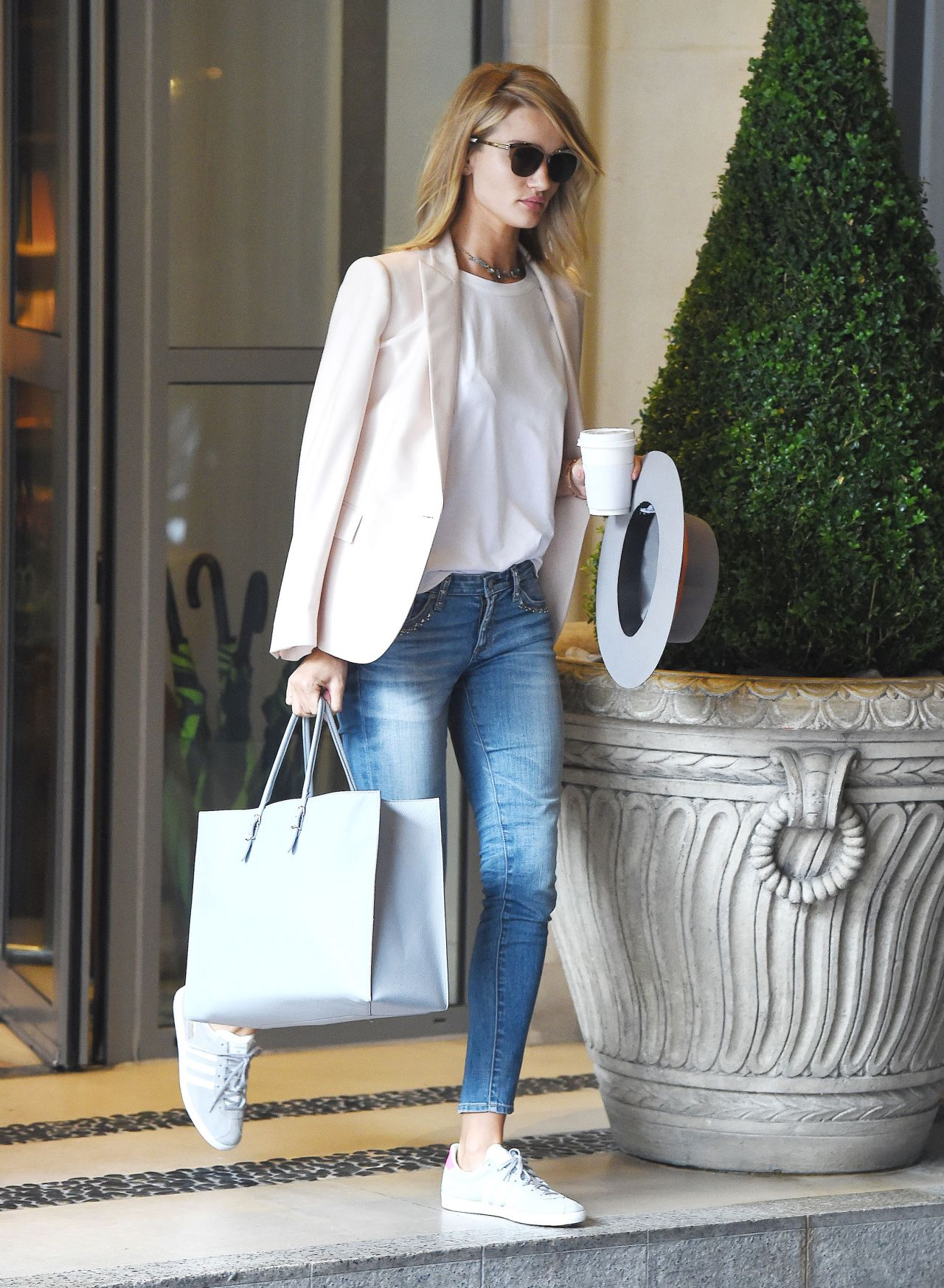 rosie-huntington-whiteley-casual-style-leaving-her-hotel-in-london-july-2015_6